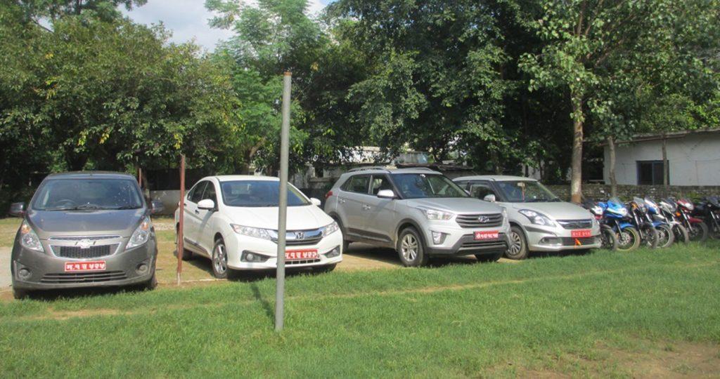 सवारी साधनको तस्करी: भारतमा कार चोरेर यातायातका कर्मचारीको मिलेमतोमा दर्ता र  विक्री
