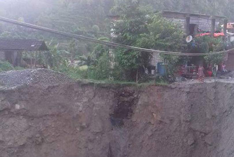 बाढीले पक्की पुल र घर बगाउँदा २ को मृत्यु, ३ बेपत्ता, बजार नै जोखिममा