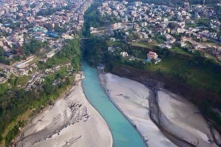 पोखरामा सेती नदीले बगाउँदा ३ जना बेपत्ता