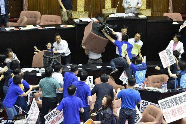ताइवानको संसदमा सांसदहरुको भिडन्त, कुर्ची र मुक्काले हानाहान