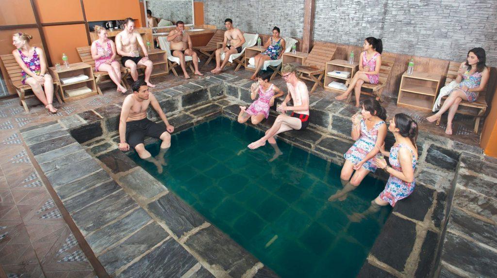 तातोपानीमा डुबुल्की मारेर नुहाउने सेवा काठमाडौंमा, जाडो मौसमका लागि ५० प्रतिशत छुट